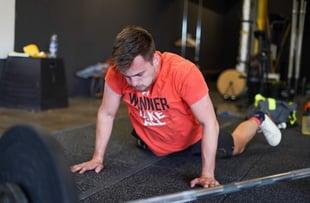 Sportler beim Pushup in orangenem Shirt